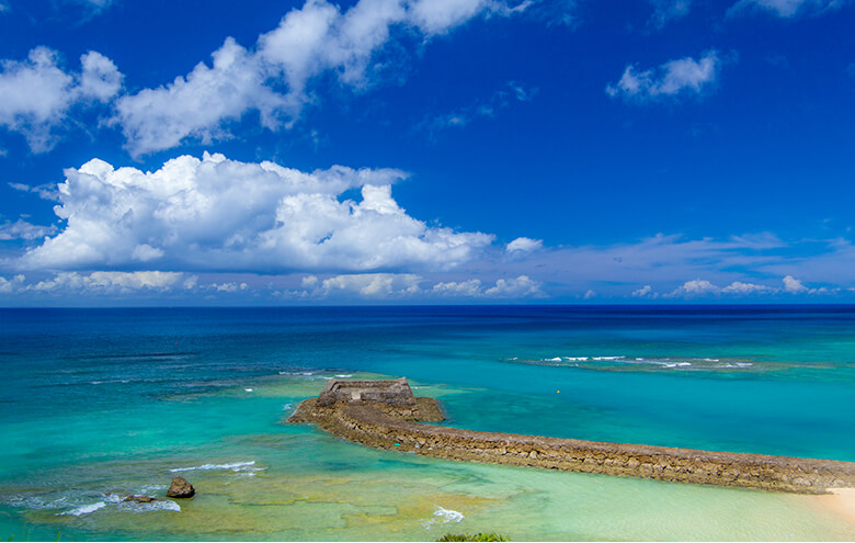 Gala 青い海から見える海と三重城(みーぐすく)